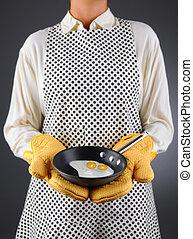 ménagère, tenue, moule, à, oeufs frits