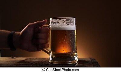 métier, mâle, bois, prendre, verre, main, fond, noir, bière, table