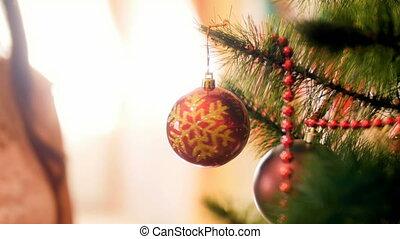 métrage, arbre, babiole, tourner, closeup, 4k, pendre, brillant, noël, rouges