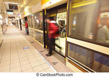 métro, gens, train, partir, station, en mouvement