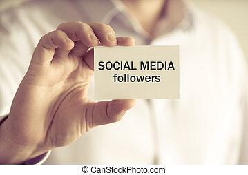mídia, seguidores, segurando, social, homem negócios, mensagem, cartão