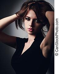 místico, excitado, mulher jovem, segurando, cabelo, a, mãos, e, olhar, quentes, with.