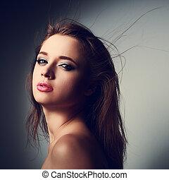 místico, mulher jovem, com, excitado, lábios, olhar, com, selvagem, cabelo longo