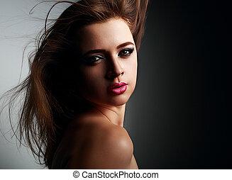 místico, sexy, mujer joven, con, rosa, lápiz labial, y, smokey, ojos, mirar, sexy, en, fondo negro
