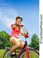 m�dchen, in, rotes hemd, sitzt, fahrrad