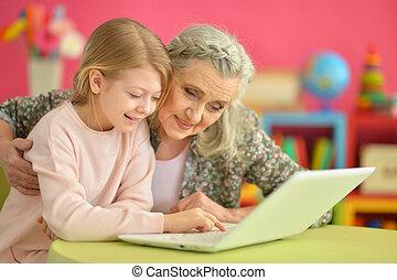 m�dchen, mit, großmutter, laptop benutzend