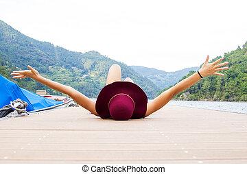 m�dchen, mit, hut, ruhen, der, landungsbrücke, an, sonnenuntergang, sommer urlaub