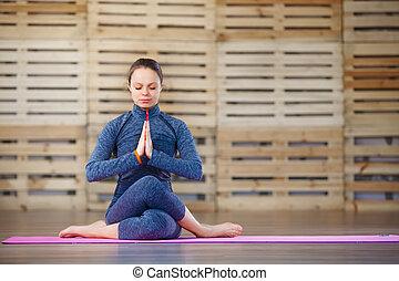 m�dchen, sitzen, in, a, joga haltung, gym., entspannung,...