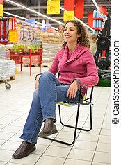 m�dchen, sitzt, auf, stuhl, in, kaufmannsladen