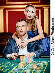 m�dchen, umarmen, spieler, an, der, kasino, tisch