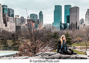 m�dchen, vor, bäume, an, der, zentraler park, in, manhattan, new york city