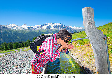 m�dchen, wanderer, quenches, durst, an, der, brunnen, während, a, berg, trecken