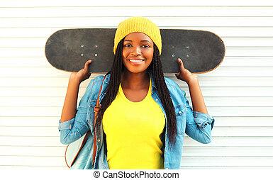 mód, portré, fiatal, mosolygós, african woman, noha, gördeszka, alatt, színes, öltözék, felett, white háttér