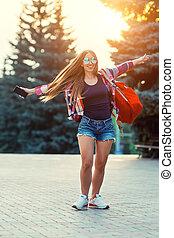 mód, portré, közül, fiatal, meglehetősen, csípőre szabott, nő, külső, noha, hosszú szőr, és, piros, hátizsák, alatt, a, napos, nyár, utca., a, este, napnyugta, felett, a, city.