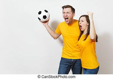 móka, bolond, jókedvű, érzelmi, young párosít, nő, ember, labdarúgás, rajongó, alatt, sárga, egyenruha, éljenzés, feláll, eltart, befog, noha, focilabda, elszigetelt, white, háttér., sport, család, szabad, életmód, concept.
