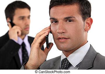 móvel, falando, homens negócios, seu, telefones