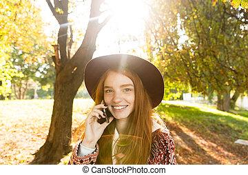 móvel, parque, jovem, outono, telefone., estudante, ruivo, usando, menina, cutie, agradado, feliz