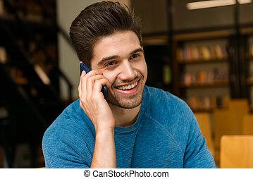 móvil, estudiar, joven, biblioteca, hablar, teléfono., estudiante, deberes, hombre