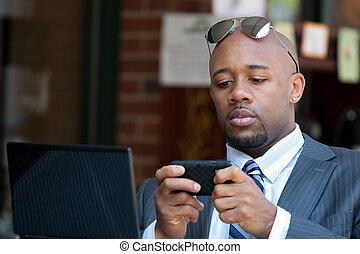 móvil, wirelessly, trabajando, hombre de negocios