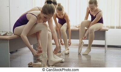 mówiąc, balet, ławy, posiedzenie, studenci, lekki, concept., szczupły, dziewczyny, kabina, baletowe-obuwie, room., obuwie, kładzenie, komunikacja, dzieci