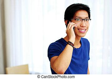 mówiąc, młody, telefon, asian obsadzają, szczęśliwy