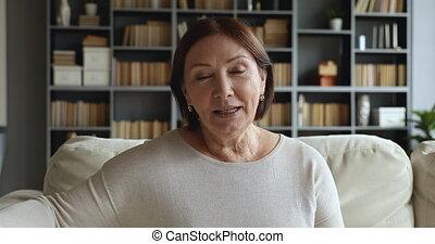 mówiąc, patrząc, sofa, dojrzały, starszy, pozować, aparat fotograficzny, kobieta