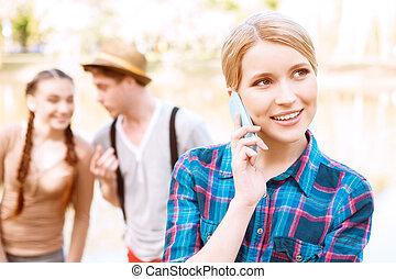 mówiąc, ruchomy, park, telefon, ładna dziewczyna