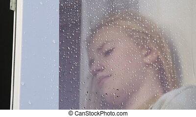 mögött, bús, tízenéves lány, pohár, arc, ablak, esőcseppek