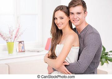 mögen, ehepaar., schöne , junges, umarmen, und, lächeln, kamera