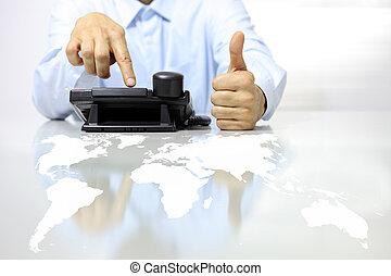 mögen, hand, mit, telefon, und, landkarte, schreibtisch, anruf- mitte, begriff