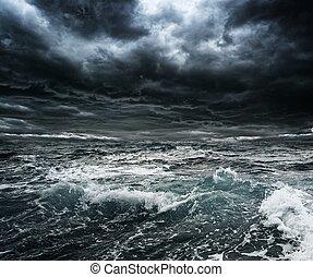 mörk, stormig himmel, över, ocean, med, stora vågor