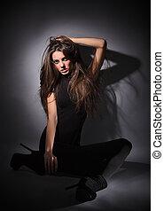 mörk, studio, sittande, klätt, hår, magra, golv, ung, länge, glamour, combi, svart, nyckel, stående, klänning, dam