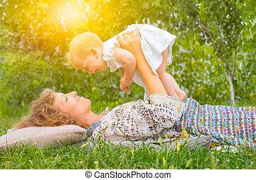 mødre, family., barn, positiv, glade, mor, emotions, constitutions, motherhood., begrebsmæssig, holidays:, lykke, day., toddler., outdoor., omsorg