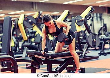músculos, ginásio, mulher jovem, flexionar, dumbbell