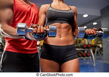 músculos, pareja, joven, doblar, dumbbell, gimnasio
