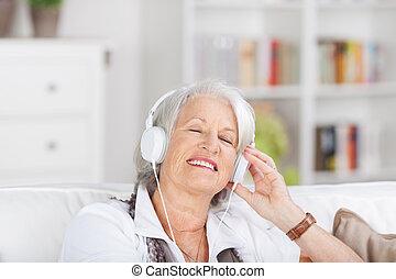 música, mulher sênior, modernos, escutar