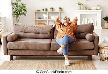 música, sofá, sênior, escutar, sentando, mulher