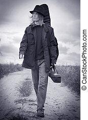 músico jovem, andar, ligado, a, campo