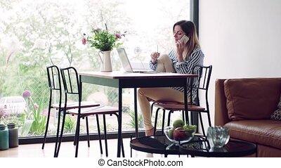 mûr femme, bureau., maison, séance, table, fonctionnement, ordinateur portable