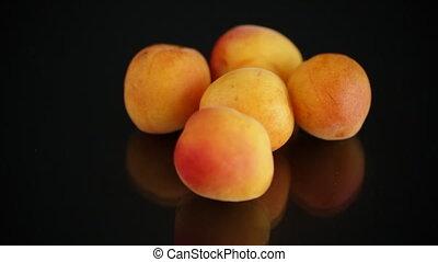 mûre, arrière-plan noir, poignée, abricots, petit, isolé