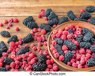 mûre, mulberries, brouillé, desk., fin, vue., bol, texture, foyer., arrière-plan., rouge noir, brun, entiers, framboises, berries., sélectif, bois, haut, entassé, doux, table