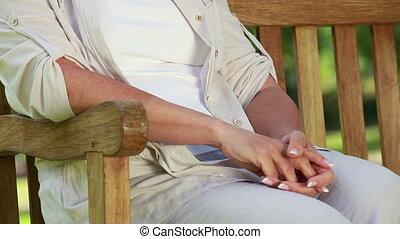 mûrir, banc bois, femme souriante, séance