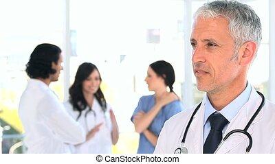 mûrir, debout, équipe, sien, docteur, sourire, devant