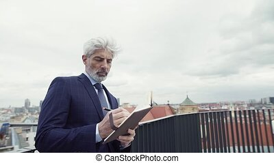 mûrir, debout, homme affaires, writing., agenda, terrasse