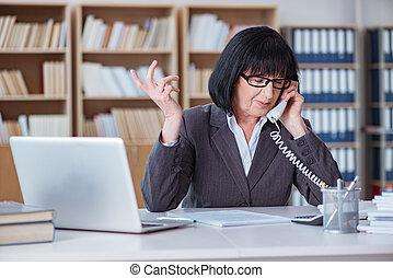 mûrir, femme affaires, fonctionnement, dans, bureau
