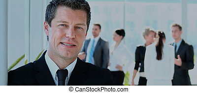 mûrir, homme affaires, à, collègues, dans, les, fond