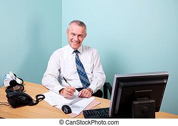 mûrir, homme affaires, assis, à, sien, bureau bureau