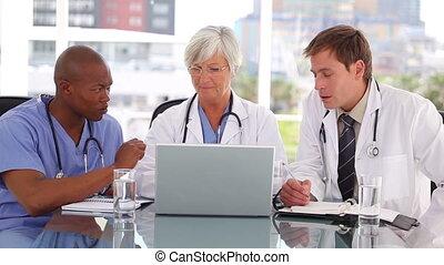 mûrir, ordinateur portable, docteur, collègues, sourire, devant, séance