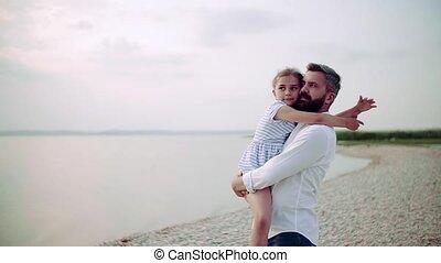 mûrir, petit, debout, fille, lac, père, hugging., vacances