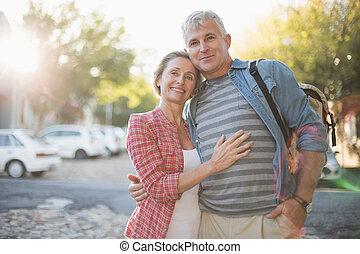 mûrir, ville, couple étreindre, heureux
